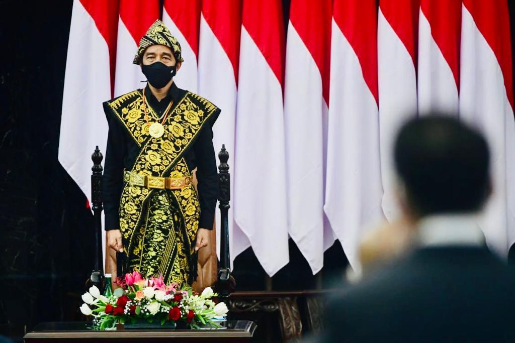 Presiden Jokowi mengenakan pakaian adat Sabu, NTT / Foto : Setneg.go.id