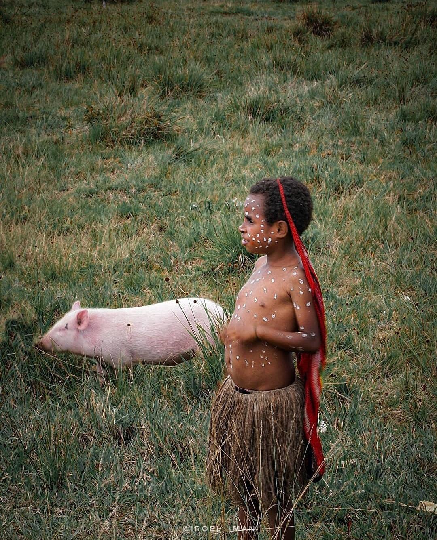 Anak Papua dengan noken di kepalanya./foto: iroel_iman