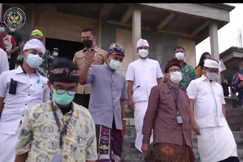 Menparekraf Sandiaga Uno bersama sejumlah tokoh Bali yang semua mengenakan udeng./foto: instagram